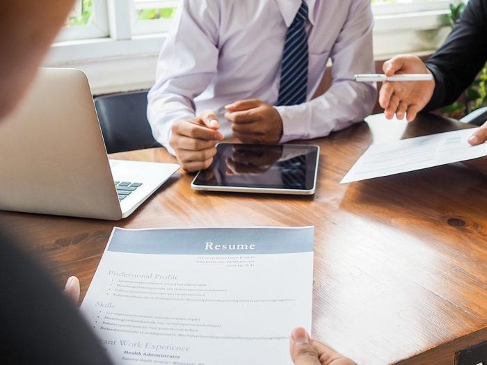 Image montrant un candidat passant un entretien d'embauche avec deux directeurs des ressources humaines